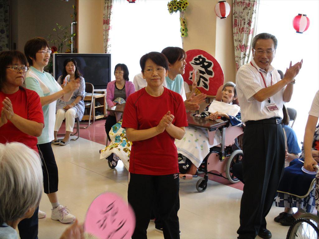 施設長も少しはうまく踊れるようになりました