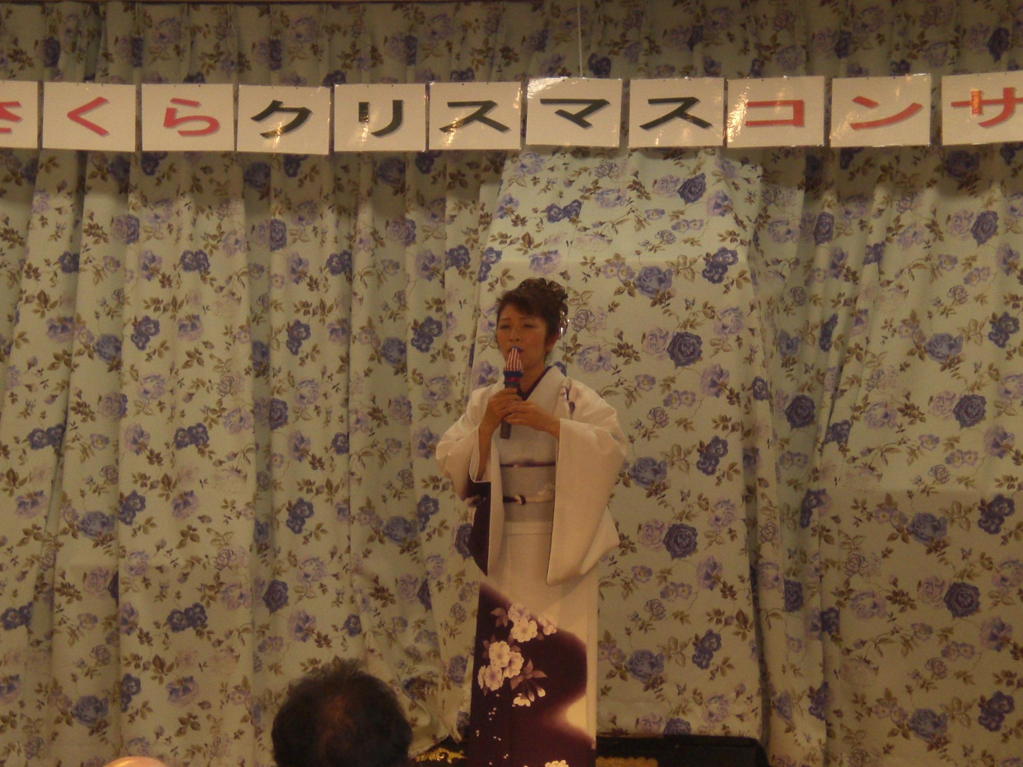和服で歌うさくらさん(2)