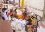 写真4.救急隊による負傷者の救助
