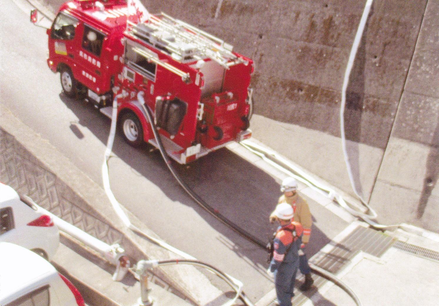 写真5.消防車による放水準備